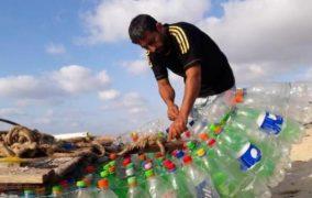 معاذ .. صياد فلسطيني يُبحر على «700 قارورة»