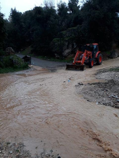 اخلاء عائلات حاصرت السيول مركباتهم